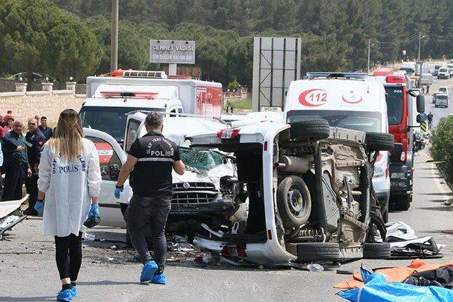 İzmir Buca'da feci kaza: Ölü ve yaralılar var...