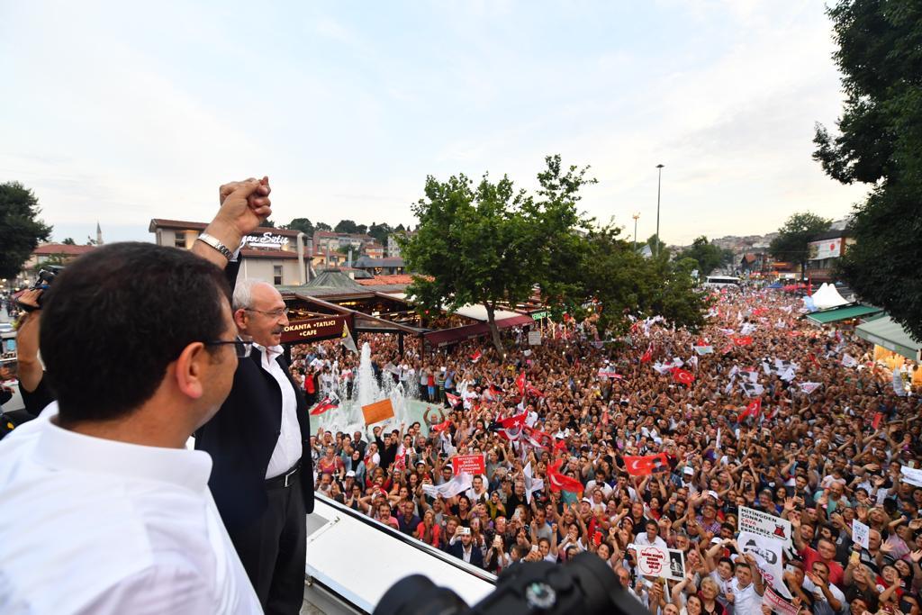 Diyorlar ki, 'Kılıçdaroğlu nerede?  Kemal Kılıçdaroğlu sokaklarda.  İstanbul'da sokak sokak gezerek  Ekrem İmamoğlu'nu anlatıyor!