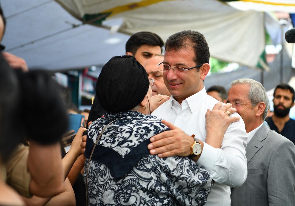 Ekrem İmamoğlu'ndan vatandaşa: Dua et bana! Vatandaştan İmamoğlu'na: Hem de nasıl ediyorum!