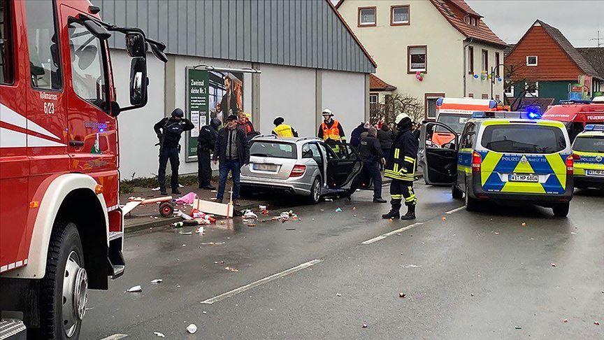 Almanya'da karnaval geçidi sırasında bir araç kalabalığın arasına daldı...