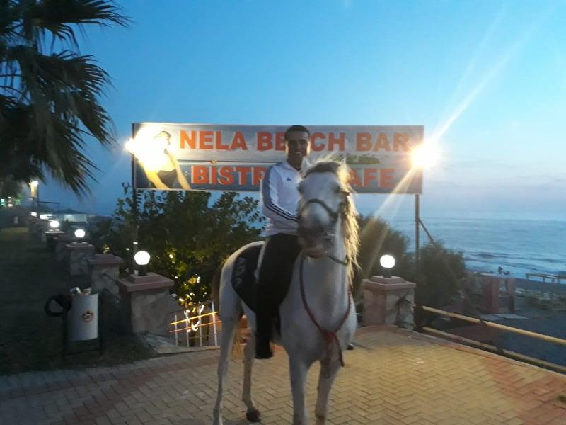 Davet edildiği partiye atıyla geldi...