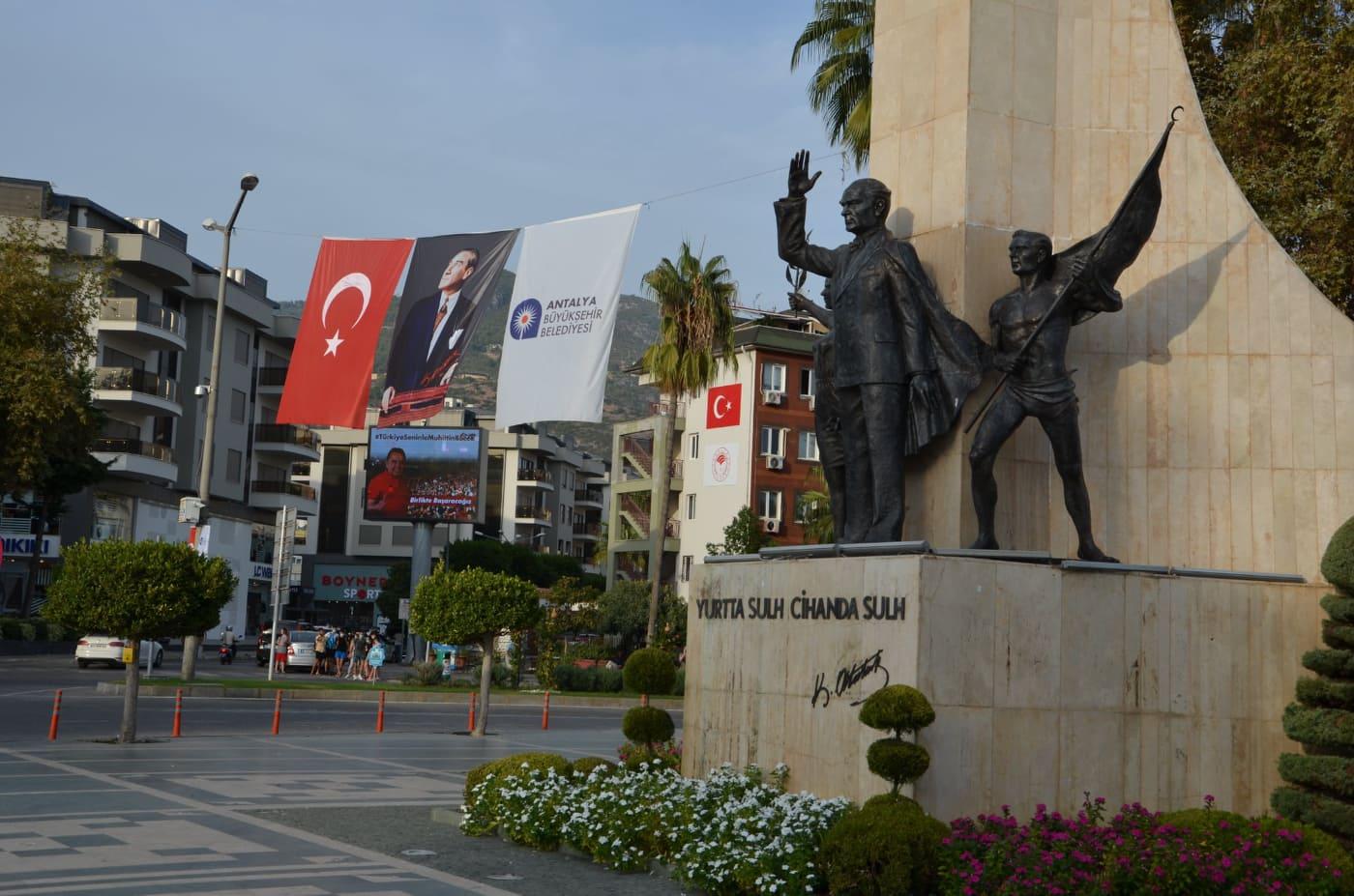 Antalya'nın dört bir yanı kırmızı beyaza büründü...