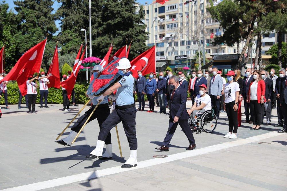 Başkan Böcek Atatürk Anıtına çelenk sundu...