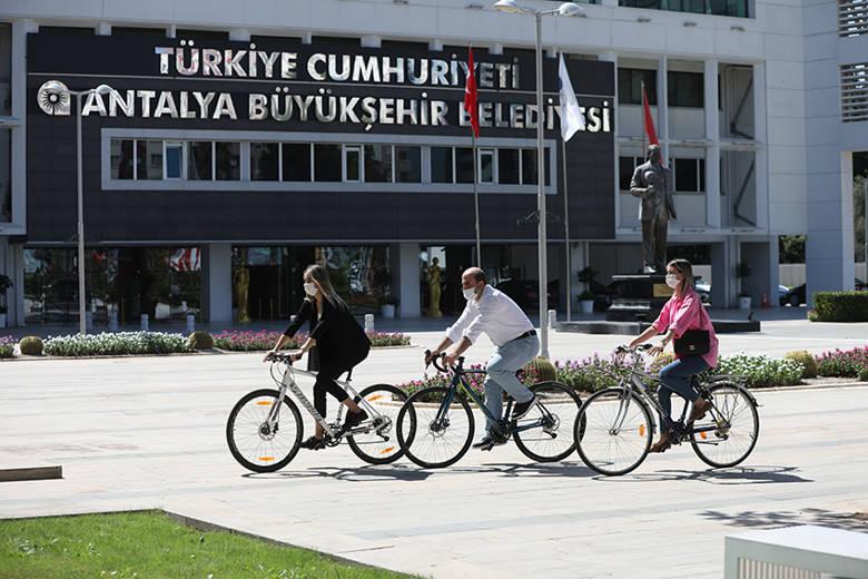 Büyükşehir personeli işe bisikletle geldi...