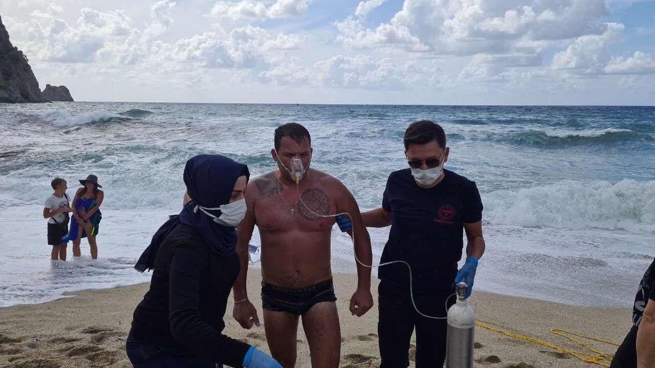 Boğulma tehlikesi geçiren Rus turisti cankurtaran kurtardı...