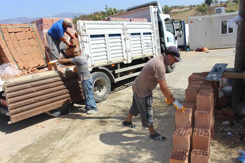 Büyükşehir'den yangın mağduru ailelere inşaat malzemesi desteği...