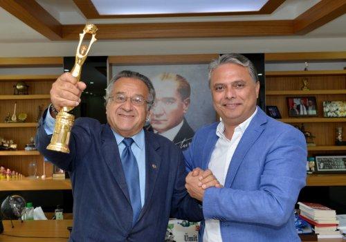 Ödül sevincini Başkan Uysal'la paylaştı...