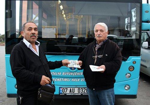 Örnek sürücü halk otobüsünde unutulan 107 bin liralık dövizi sahibine teslim etti...