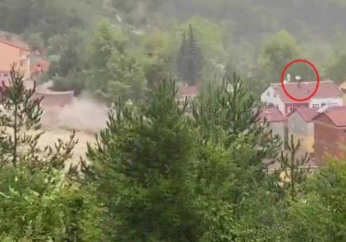 Sinop'ta bir ev sele kapılarak yıkıldı, çevredeki vatandaşlar çatılara çıkıp yardım istedi...