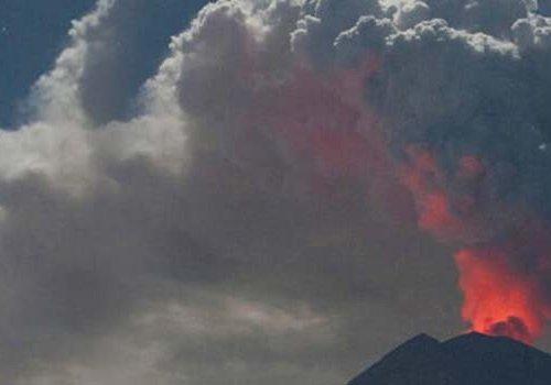 Endonezya'da yanardağ patladı...